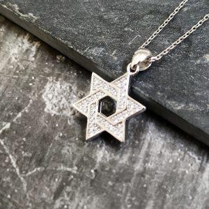 שרשרת מגן דוד בשיבוץ זירקונים