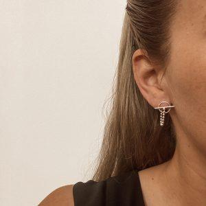 זוג עגילים צמודים עשויים מכסף 925 עם שרשרת חיבור לסגור מאחורה קוטר העיגול 11 מ״מ